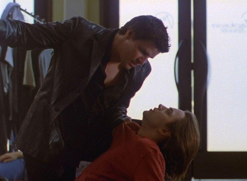 In letzter Sekunde kann Angel (David Boranaz, l.) Conner (Vincent Kartheiser, r.) von einem Massenmord abhalten ... - Bildquelle: The WB Television Network