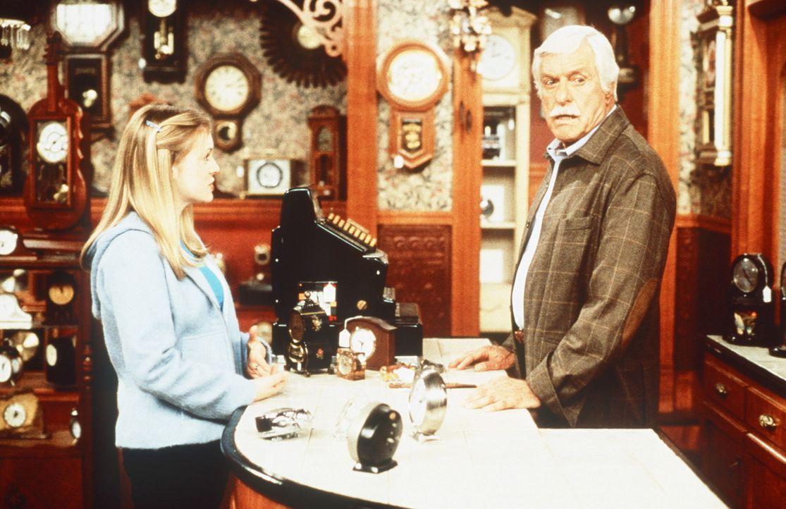 Sabrina (Melissa Joan Hart, l.) lernt einen ehemaligen Kumpan von Salem namens Duke (Dick Van Dyke, r.) kennen. - Bildquelle: Paramount Pictures