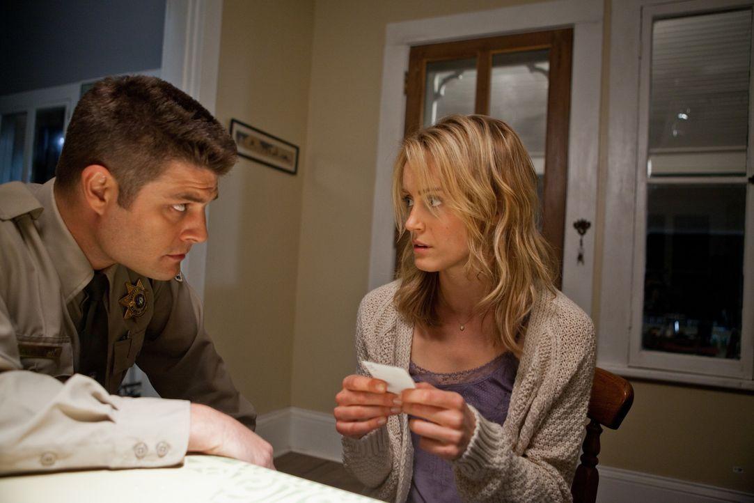 Keith Clayton (Jay R. Ferguson, l.); Beth Clayton (Taylor Schilling, r.) - Bildquelle: Warner Bros.