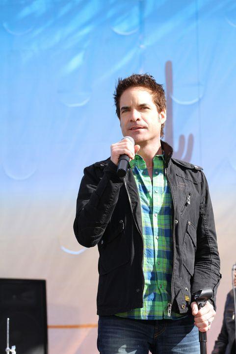 Patrick Monahan (Patrick Monahan) rockt die Bühne beim Desert Valley-Konzert, auf dem auch Dixon und Adrianna auftreten sollen. - Bildquelle: 2011 The CW Network. All Rights Reserved.