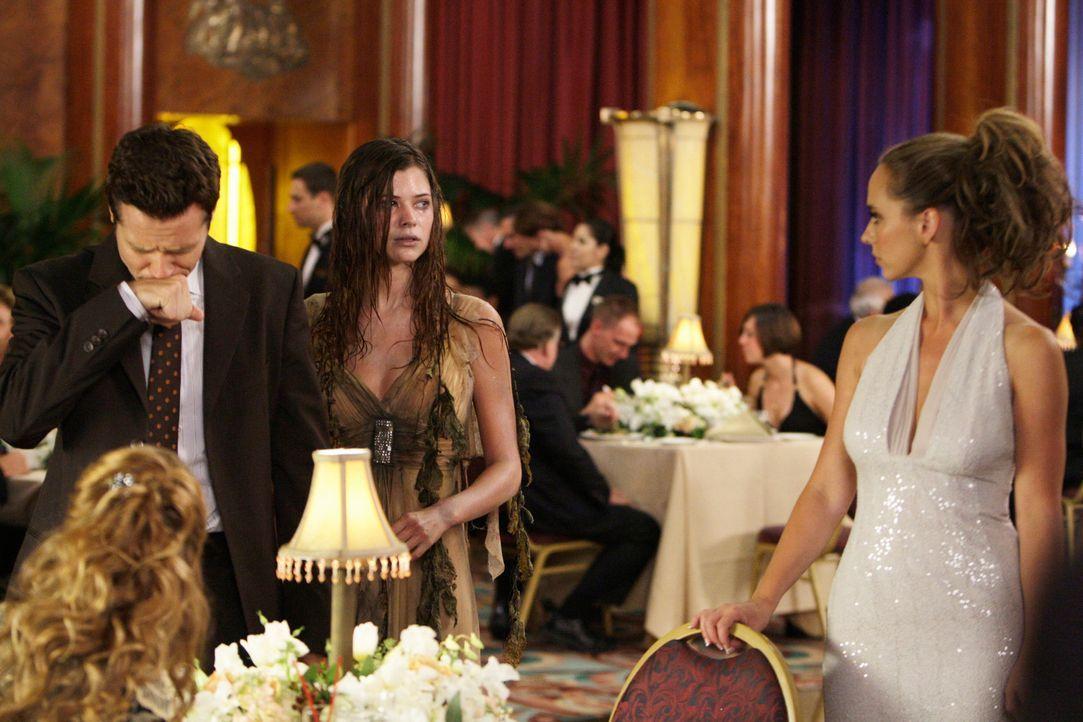 Der Geist der jungen Lorelei (Peyton List, M.) macht Rich Henderson (Seamus Dever, l.) das Leben schwer. Melinda (Jennifer Love Hewitt, r.) versucht... - Bildquelle: ABC Studios