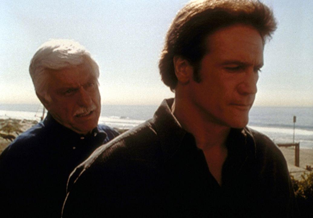 Mark (Dick Van Dyke, l.) erzählt Steve (Barry Van Dyke, r.) vom qualvollen Tod seiner Mutter und erklärt ihm, warum er ihr keine Sterbehilfe geleist... - Bildquelle: Viacom