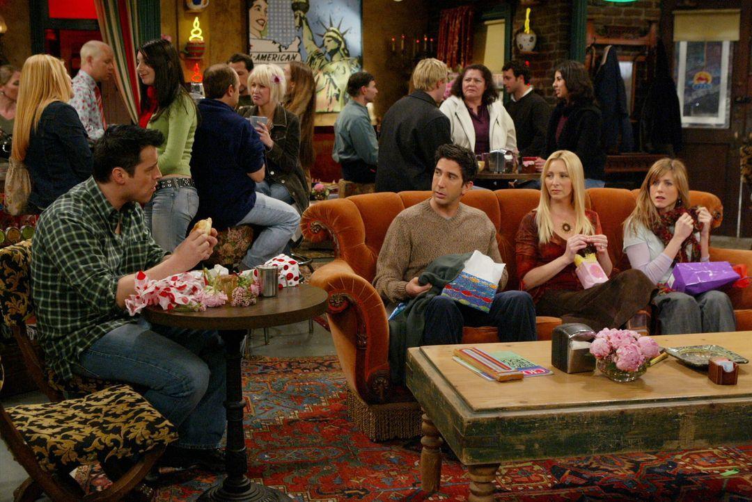 Wollen nicht, dass Chandler und Monica aufs Land ziehen: Phoebe (Lisa Kudrow, 2.v.r.), Rachel (Jennifer Aniston, r.), Joey (Matt LeBlanc, l.) und Ro... - Bildquelle: 2003 Warner Brothers International Television