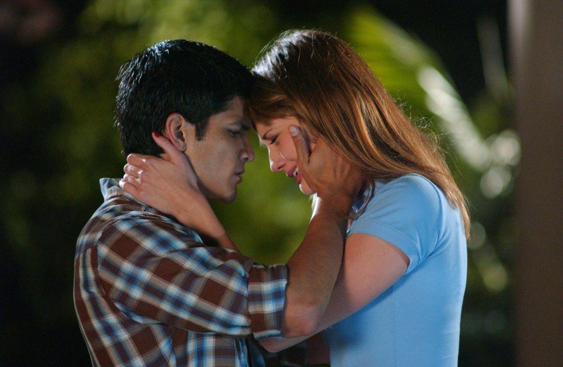 Summer erfährt von Marissa (Mischa Barton, r.), dass sie schon seit Beginn des Sommers eine Art Beziehung mit DJ (Nicolas Gonzales, l.) führt, nur... - Bildquelle: Warner Bros. Television