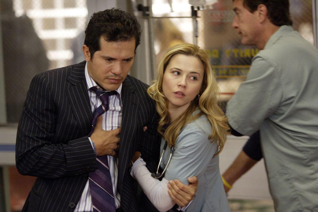 Sam (Linda Cardellini, r.) wird auf eine harte Probe gestellt, denn ihr Patient ist kein üblicher Patient, sondern der neue Oberarzt Dr. Clemente (J... - Bildquelle: Warner Bros. Television