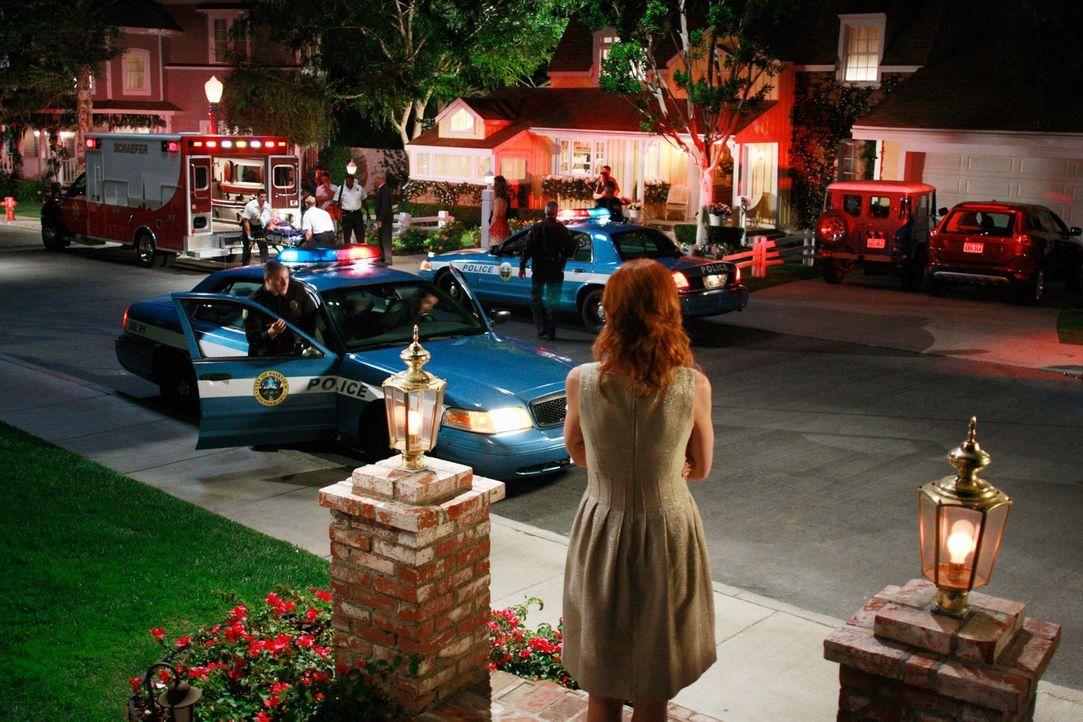Die Überraschungsparty von Mrs. McCluskeys endet im Chaos: Bree (Marcia Cross, vorne) ist schockiert ... - Bildquelle: ABC Studios