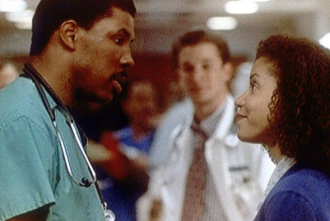 Jeannie Boulet (Gloria Reuben, r.) erinnert Peter Benton (Eric LaSalle, l.) an die verabredete Essenspause. - Bildquelle: TM+  2000 WARNER BROS.