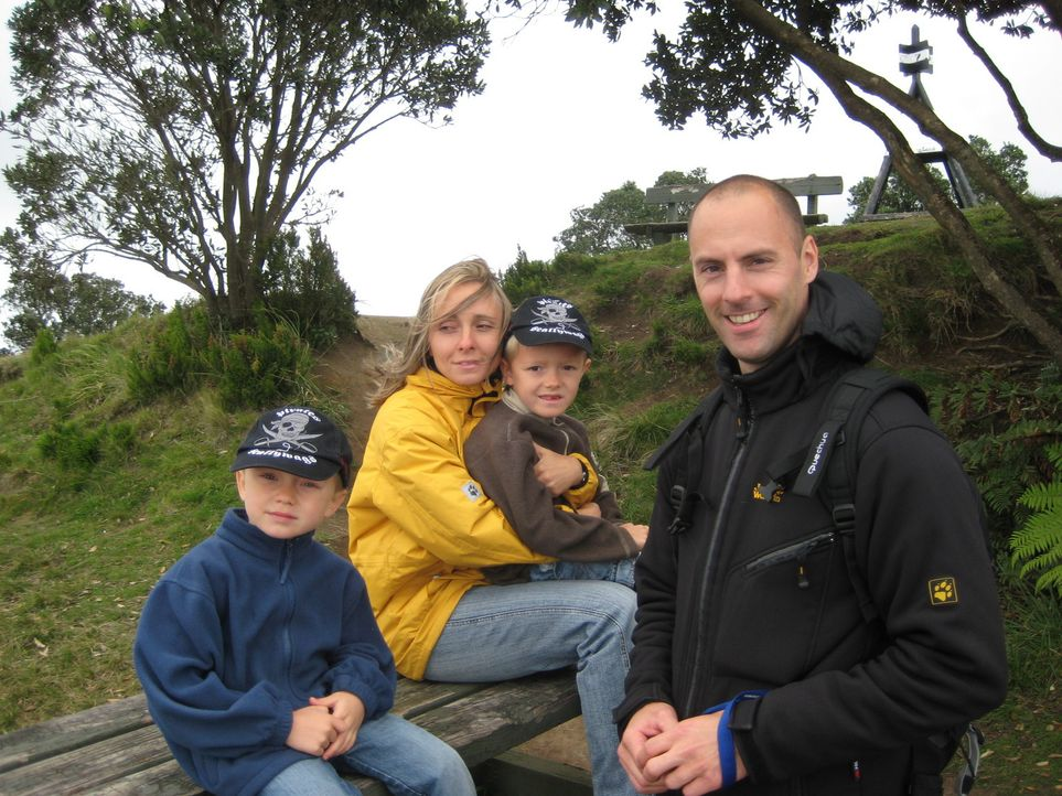 Starten in Neuseeland ein neues Leben: Annett Hauck (2.v.l.) und ihr Lebensgefährte Frank Babic (r.) mit den beiden Kindern aus Annetts erster Ehe,... - Bildquelle: kabel eins