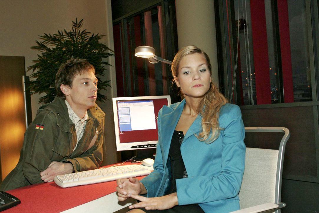 Jürgen (Oliver Bokern, l.), der eigentlich Lisa abholen wollte, nutzt seine Chance und flirtet mit Sabrina (Nina-Friederike Gnädig, r.). Kurz entsch... - Bildquelle: Noreen Flynn SAT.1 / Noreen Flynn