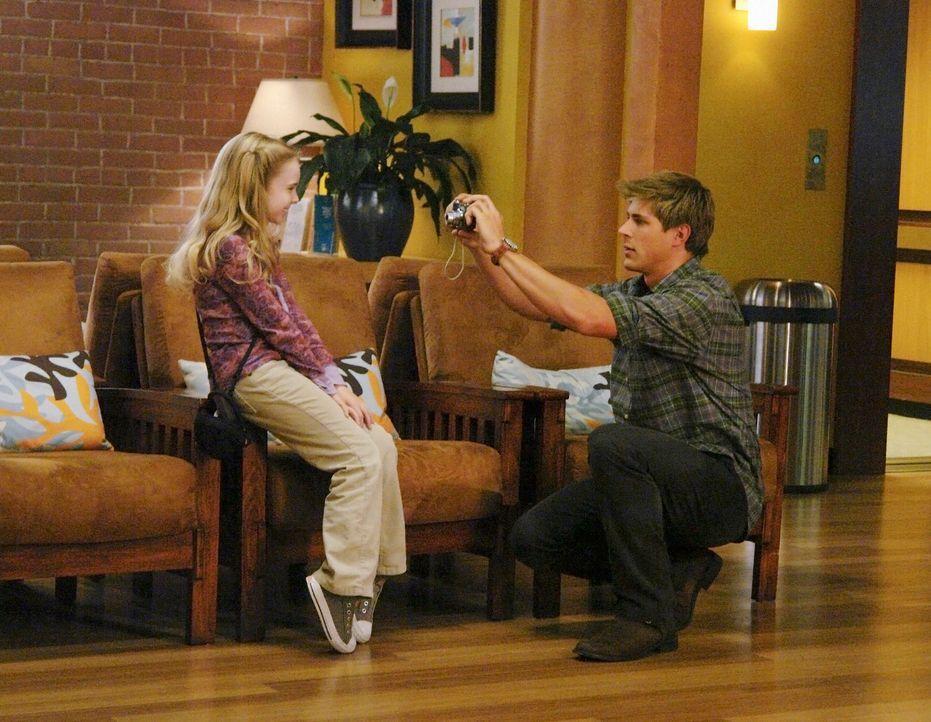 Gracie (Darcy Rose Byrnes, l.) ist durch ihre Krankheit, dem Tode geweiht. Dell (Chris Lowell, r.) kann das Schicksal kaum fassen und versucht Gute... - Bildquelle: ABC Studios