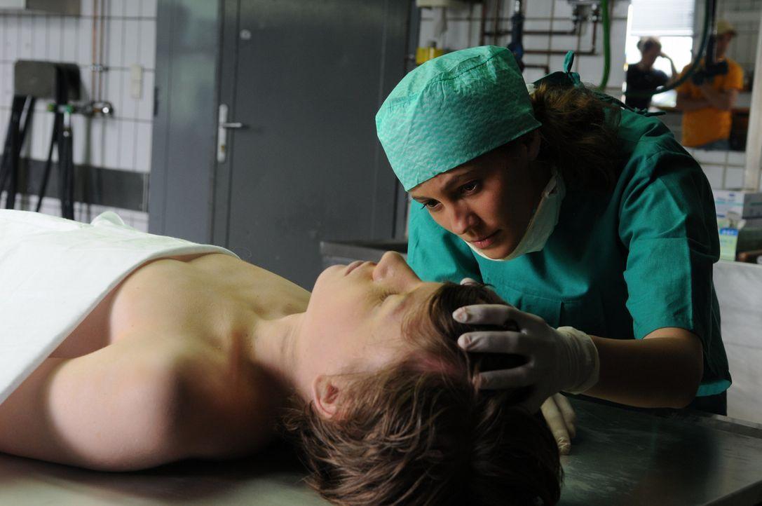 Obwohl Sophie (Luisa Katharina Davids, r.) das Medizinstudium nie beendet hat, erkennt sie, dass am plötzlichen Tod von Simon (Nino Lipgens, liegen... - Bildquelle: Oliver Roth ProSieben