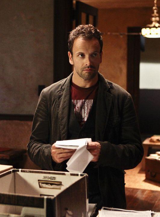 Als ein Mädchen aus ihrem Zimmer entführt wurde, beginnt Sherlock Holmes (Jonny Lee Miller) gemeinsam mit Watson mit den Ermittlungen ... - Bildquelle: CBS Television