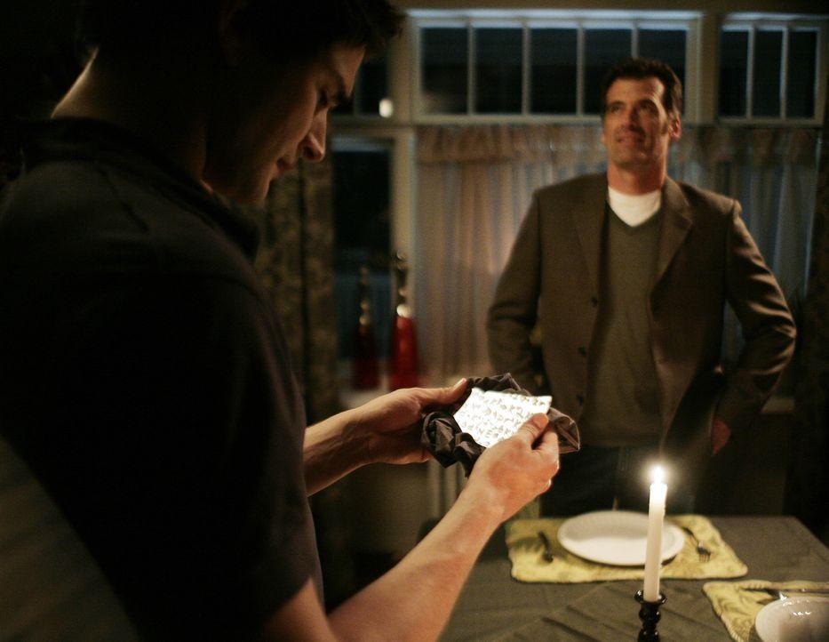 Kyle (Matt Dallas, l.) will seine Familie endgültig vor allen Gefahren bewahren und beschließt, zu Madacorp zu gehen. Dazu braucht er allerdings d... - Bildquelle: TOUCHSTONE TELEVISION