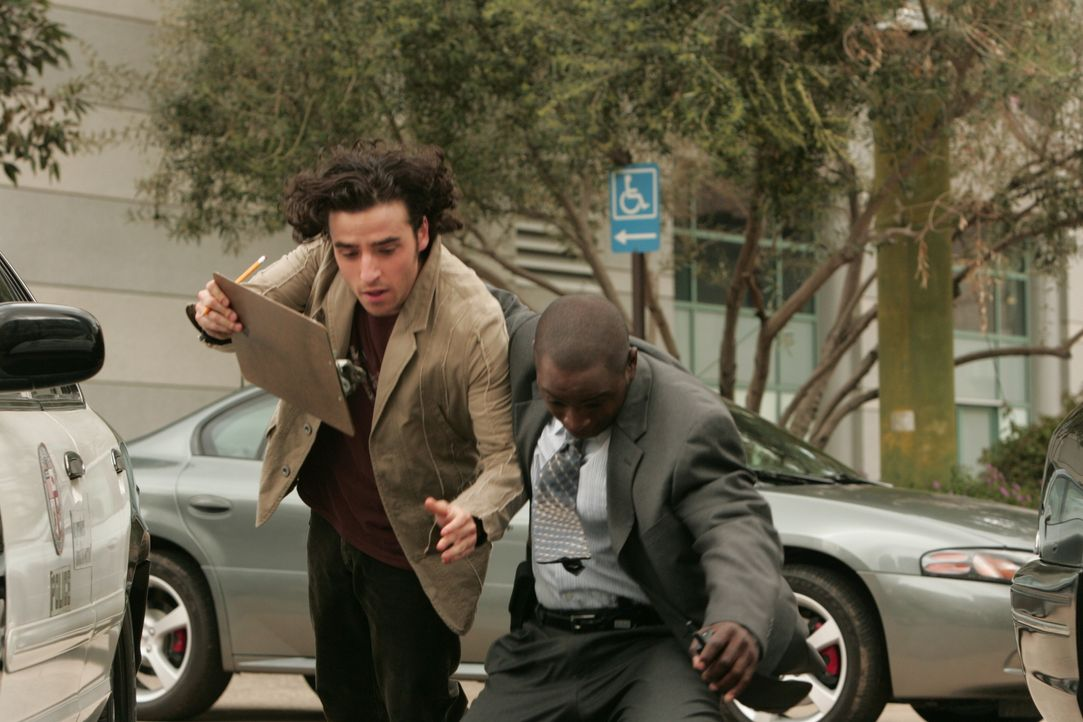 Charlie (David Krumholtz, l.) und David (Alimi Ballard, r.) geraten in das Feuer eines Heckenschützen und können sich gerade noch retten ... - Bildquelle: Paramount Network Television