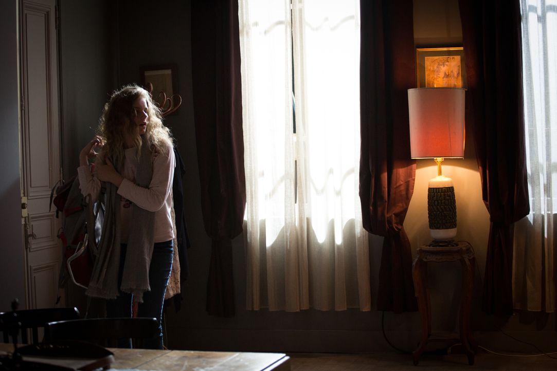 Seit 2014 galt Lea Pleskof (Blandine Bourd) als vermisst, doch als sie Jahre später tot im Haus ihrer Mutter gefunden wird, müssen die Ermittler in... - Bildquelle: Eloïse Legay 2017 BEAUBOURG AUDIOVISUEL / Eloïse Legay