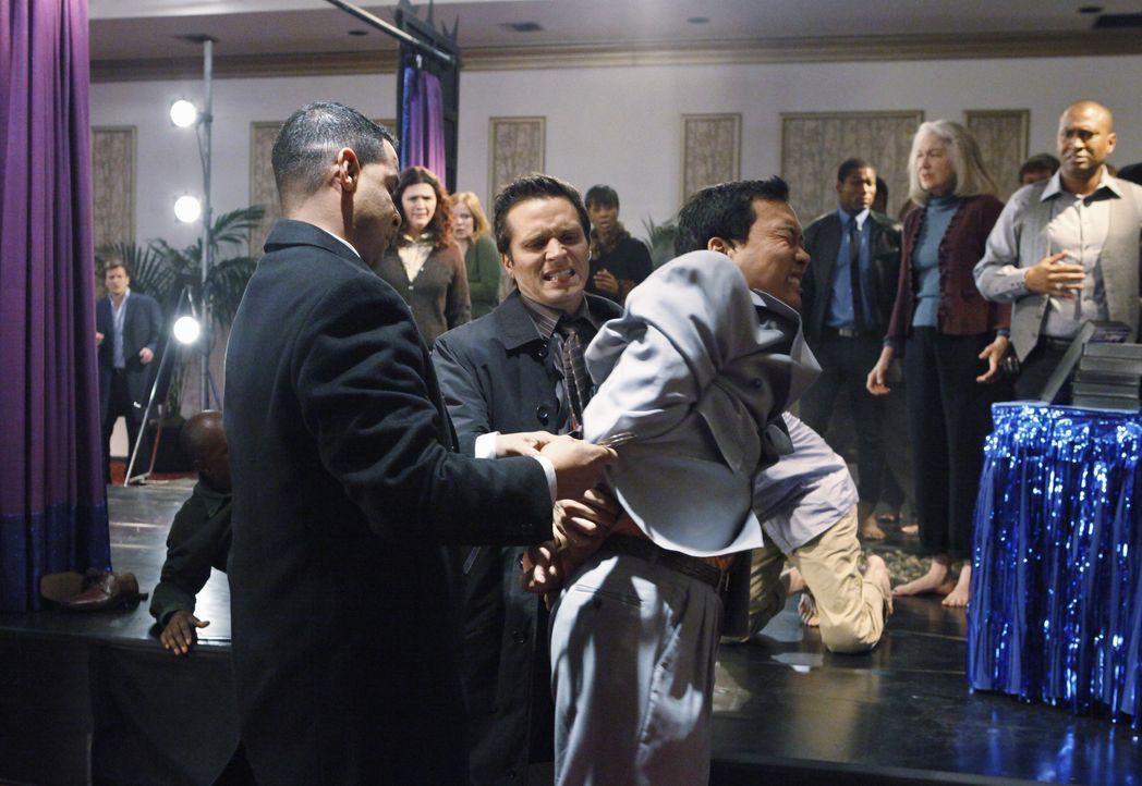 Javier Esposito (Jon Huertas, l.) und Kevin Ryan (Seamus Dever, M.) schaffen es nur mit Mühe den Selbsthilfeguru Mr. Wung (Eddie Shin, r.) Handschel... - Bildquelle: ABC Studios