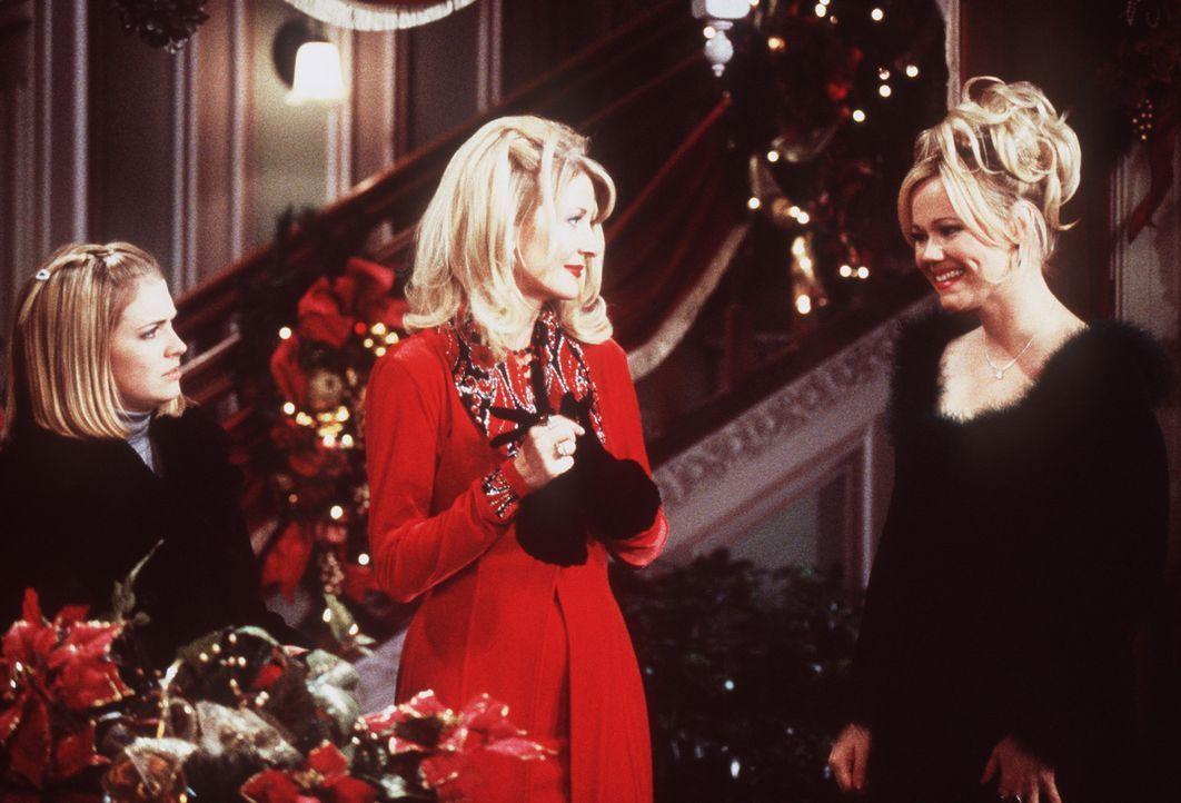 Zu dritt verbringen Sabrina (Melissa Joan Hart, l.), Zelda (Beth Broderick, M.) und Hilda (Caroline Rhea, r.) ihren Weihnachtsabend. - Bildquelle: Paramount Pictures