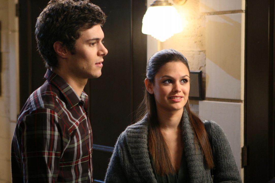 Während Seth (Adam Brody, r.) beschließt nach Providence zu fliegen, um seine Beziehung zu retten, besucht Summer (Rachel Bilson, l.) einen Therap... - Bildquelle: Warner Bros. Television
