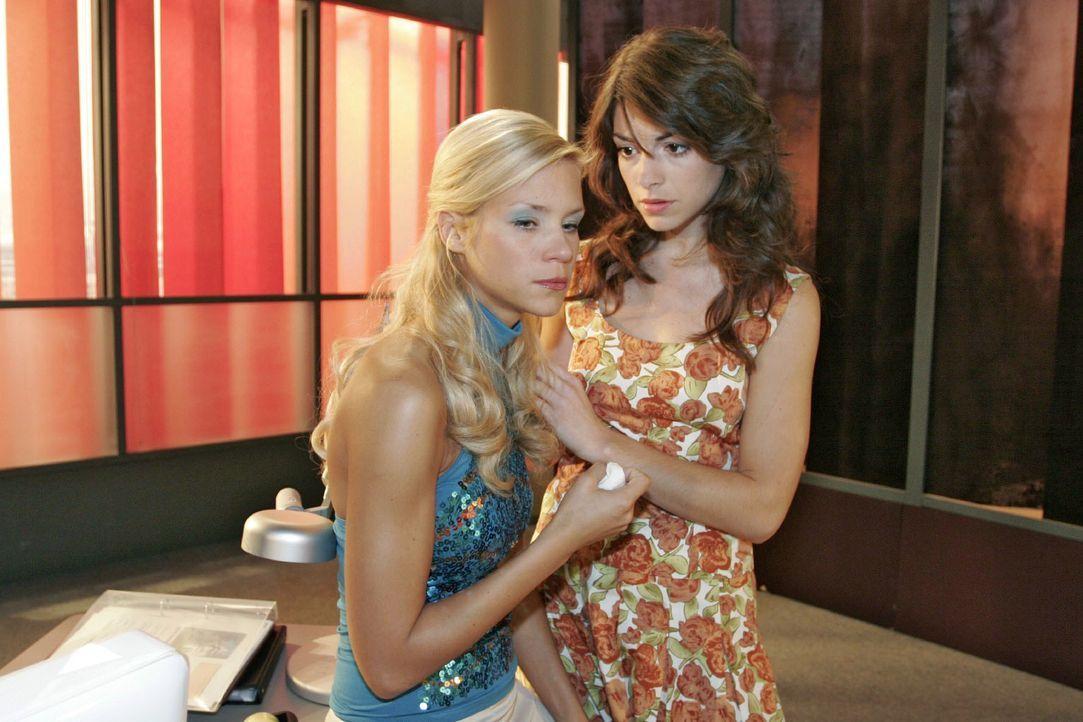 Die aufgewühlte Sabrina (Nina-Friederike Gnädig, l.) kann Richards Verhalten nachvollziehen - und verteidigt ihn gegenüber Mariella (Bianca Hein, r.... - Bildquelle: Noreen Flynn SAT.1 / Noreen Flynn
