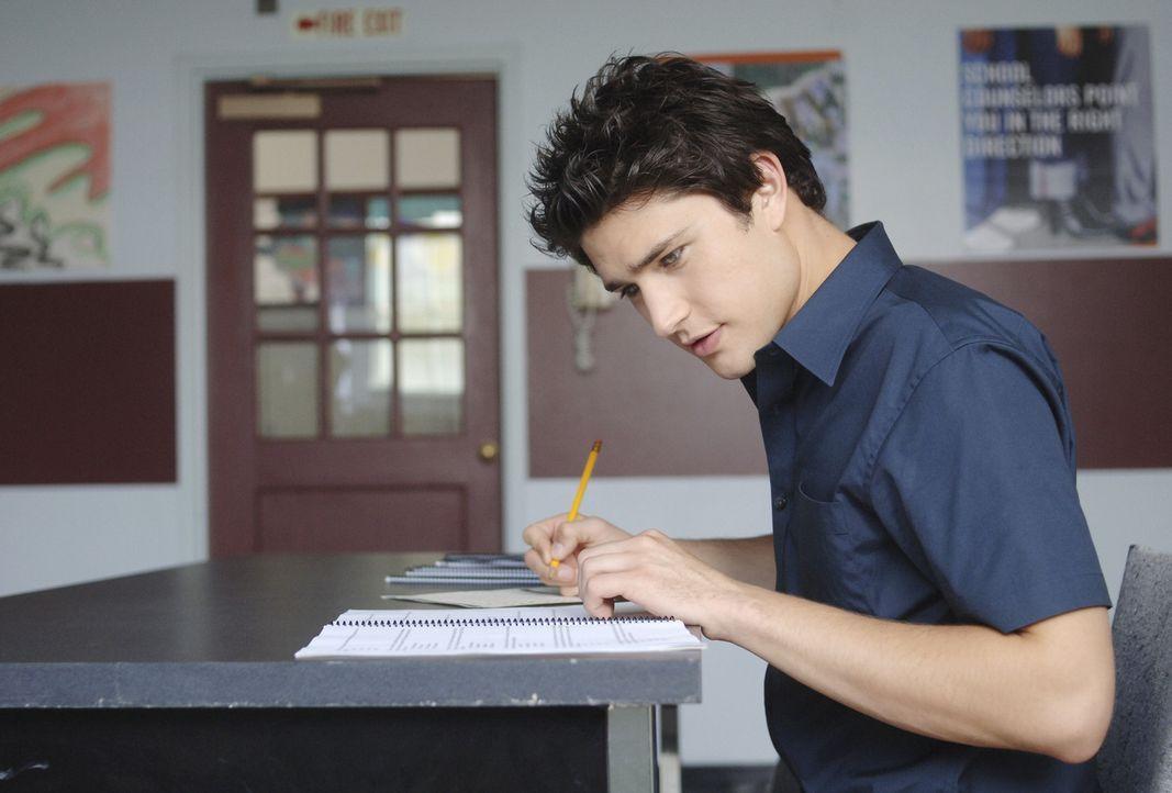 Damit sich Kyles (Matt Dallas) Leben ein wenig normalisieren kann, wird er an der Highschool angemeldet ... - Bildquelle: TOUCHSTONE TELEVISION