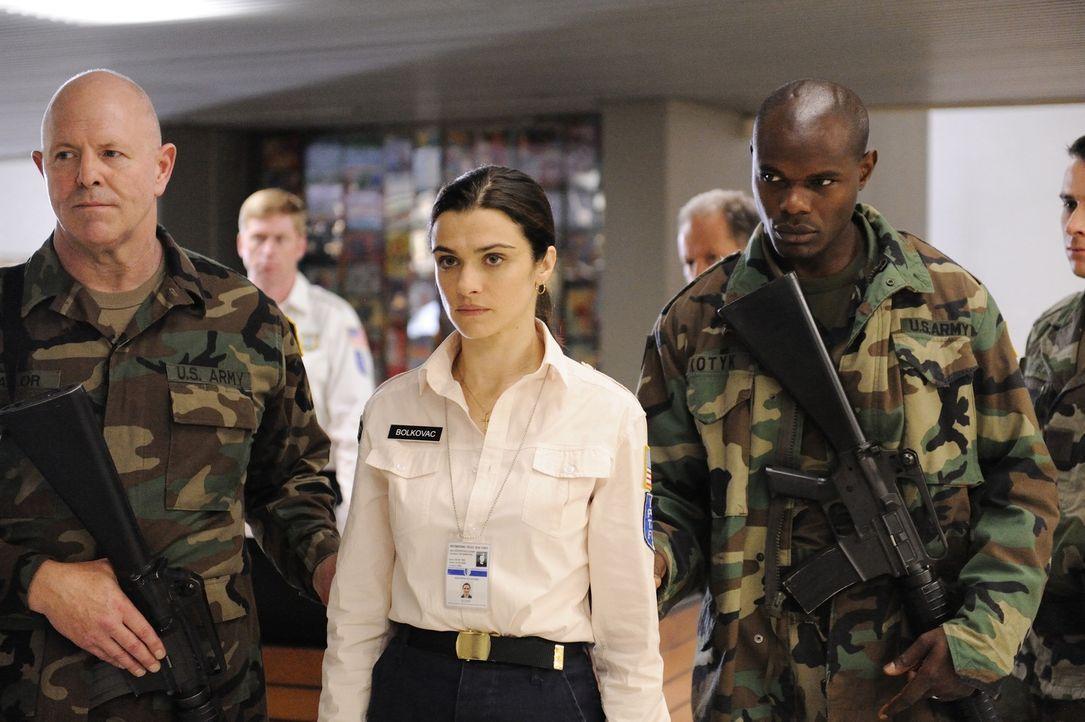 Als die Polizistin Kathryn Bolkovac (Rachel Weisz, M.) herausfindet, dass in Bosnien ein internationaler Mädchenhändlerring sein Unwesen treibt, in... - Bildquelle: 2010 Whistleblower (Gen One) Canada Inc. and Barry Films GmbH