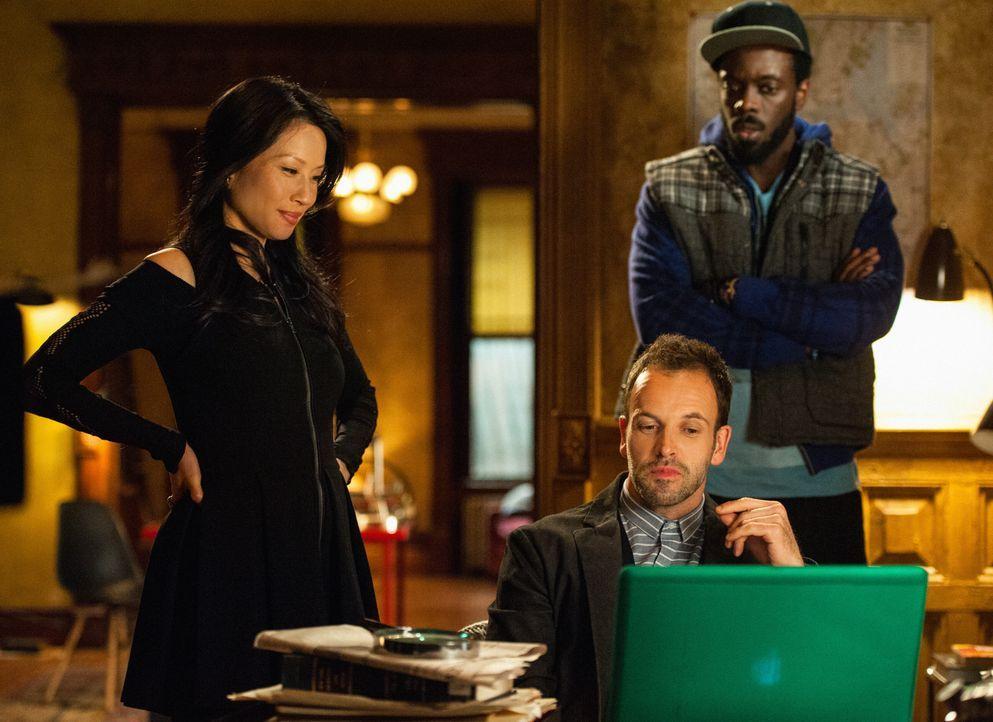 Bei den Ermittlungen in einem neuen Fall, stoßen Sherlock Holmes (Jonny Lee Miller, M.) und Joan Watson (Lucy Liu, l.) auf Alfredo Llamosa (Ato Essa... - Bildquelle: CBS Television