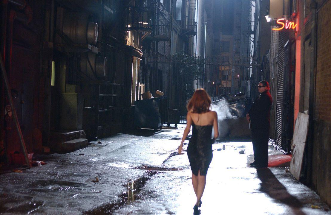 Als Holly eines Tages zufällig sieht, wie Tess (Allison Lange) sich genau wie sie anzieht, ihre Haare färbt und so in einen Erotik-Club geht, wird... - Bildquelle: 2005 Sony Pictures Home Entertainment Inc. All Rights Reserved.