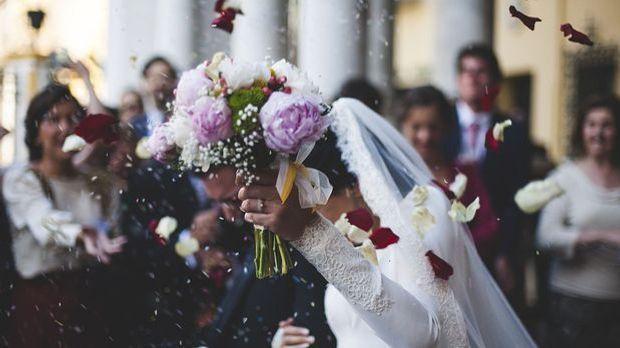 Jede kuvige Braut kann ihre Kurven bei der Hochzeit richtig in Szene setzen.