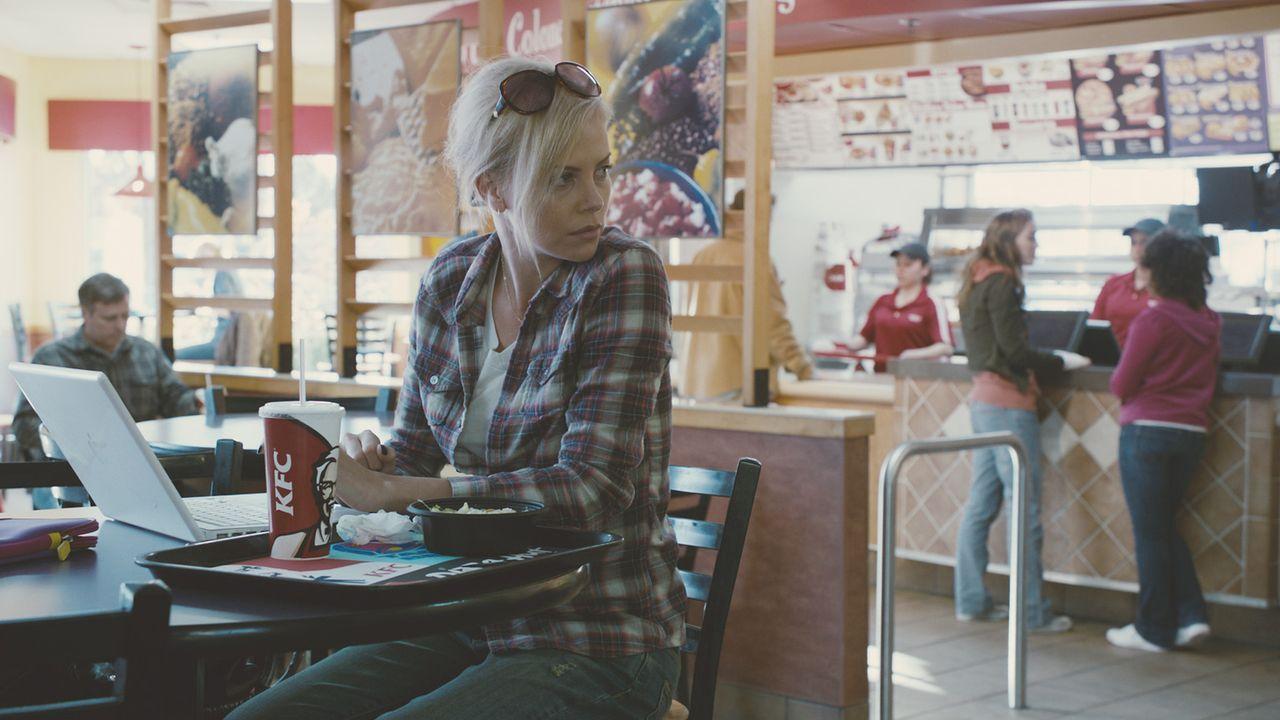 Seit ihrer Scheidung verläuft das Leben der Jugendbuchautorin Mavis Gary (Charlize Theron) nicht besonders zufriedenstellend. Eines Tages erfährt si... - Bildquelle: Courtesy of Paramo 2011 Paramount Pictures and Mercury Productions, LLC. All Rights Reserved.