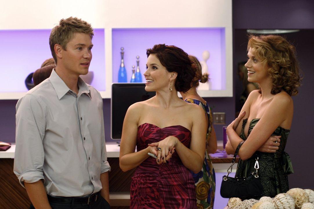 Lucas (Chad Michael Murray, l.) und Peyton (Hilarie Burton, r.) gehen zusammen zu Brookes (Sophia Bush, l.) Eröffnungsfeier. Obwohl er sich ihr geg... - Bildquelle: Warner Bros. Pictures