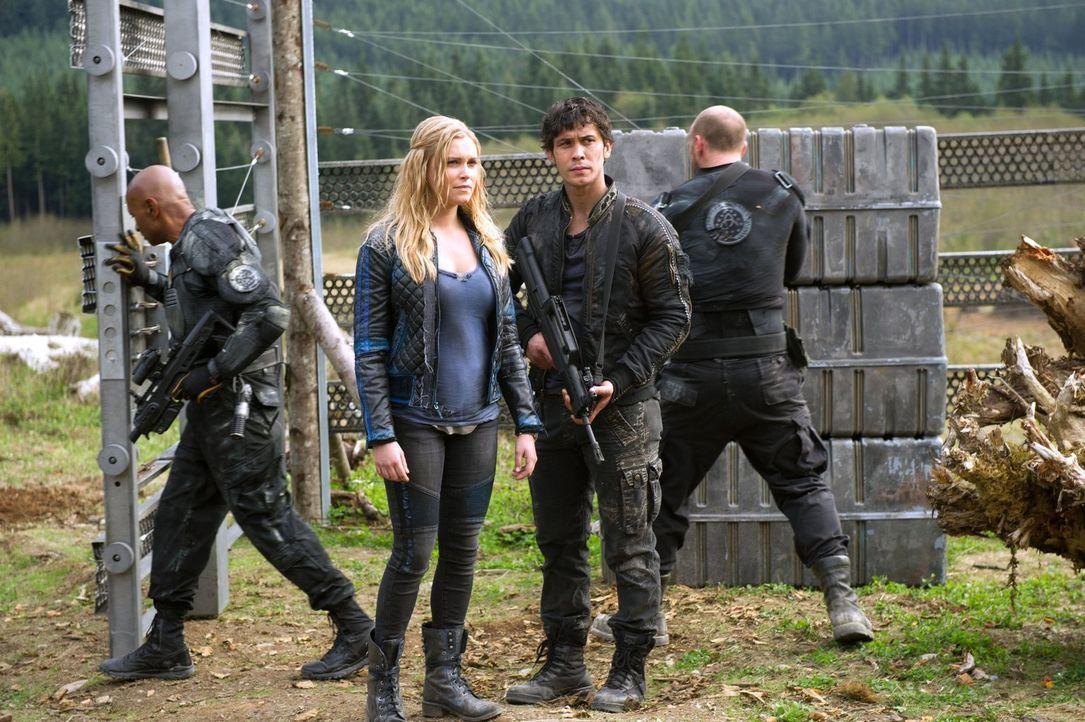 Auch Clarke (Eliza Taylor, 2.v.l.) und Bellamy (Bob Morley, 2.v.r.) wollen Frieden mit den Groundern, aber nicht um jeden Preis ... - Bildquelle: 2014 Warner Brothers