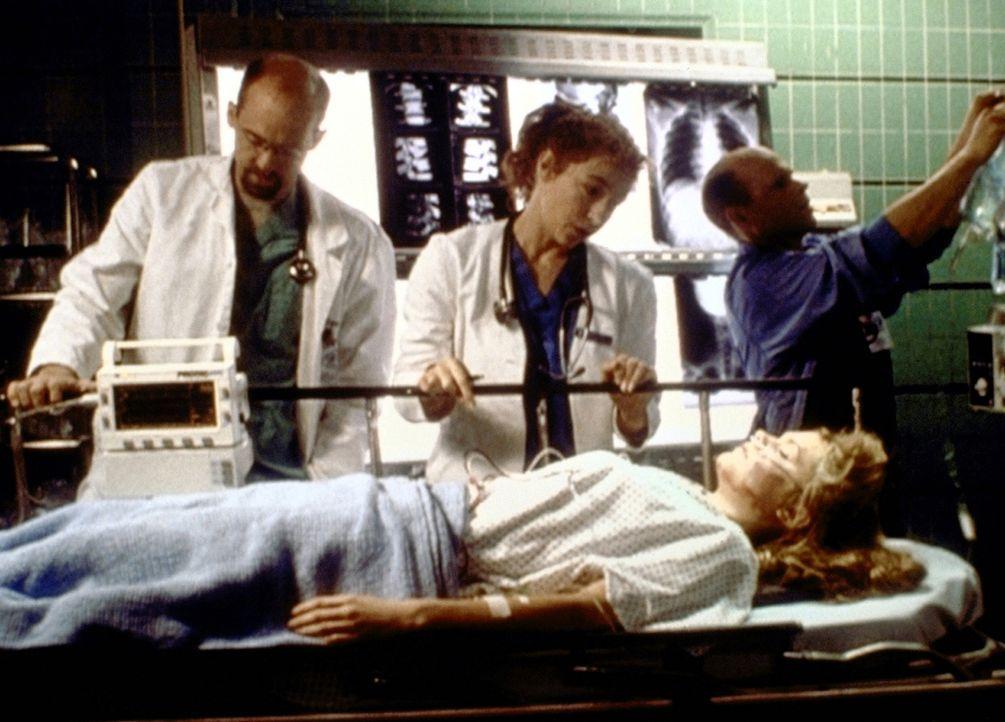 Die junge Shannon (Maggie Lawson, r.) muss sofort operiert werden. Da die Eltern nicht auffindbar sind, übernimmt Dr. Greene (Anthony Edwards, l.) d... - Bildquelle: TM+  2000 WARNER BROS.