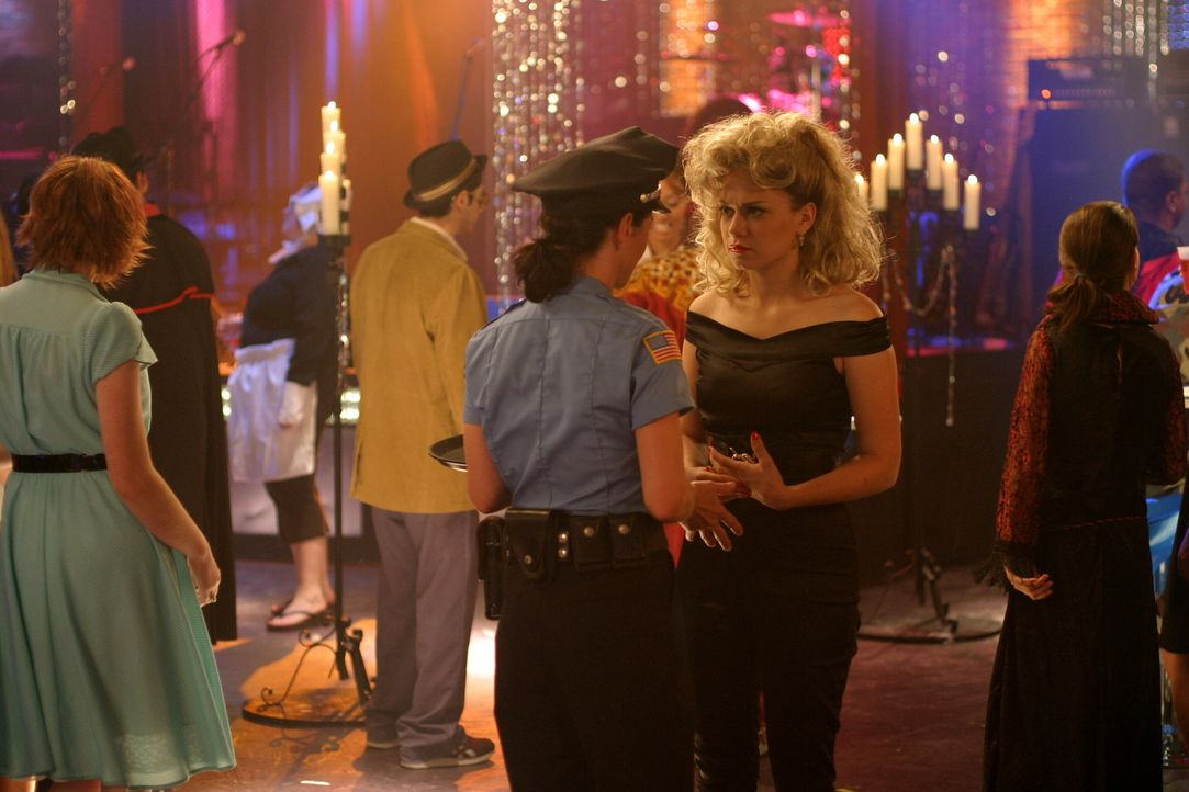 Für den Maskenball bei Karen (Moira Kelly, l.) lässt sich Haley (Bethany Joy Galeotti, r.) etwas Besonderes einfallen ... - Bildquelle: Warner Bros. Pictures