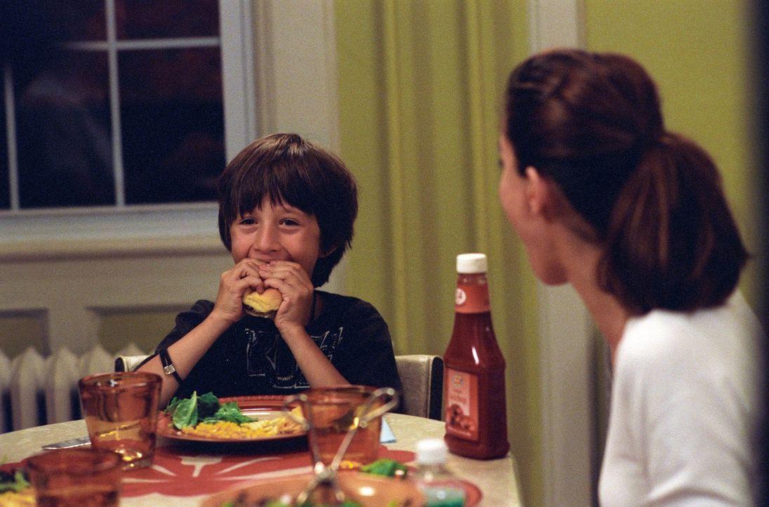 Fasziniert beobachtet Sofia (Amanda Peet, r.), was so ein kleiner Junge wie Wesley (Lucian Maisel, l.) in kürzester Zeit vertilgen kann ...