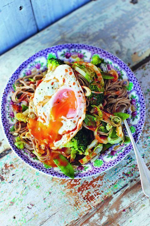 Gesund, günstig und schnell: Jamies Hangover Nudeln im Asia-Style mit Ei ... - Bildquelle: David Loftus 2013 Jamie Oliver Enterprises Ltd.