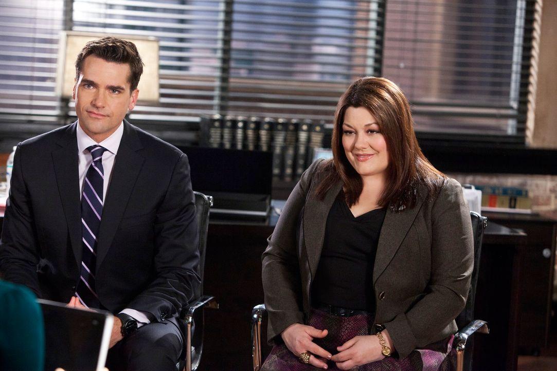 Jane (Brooke Elliott, r.) und Grayson (Jackson Hurst, l.) verteidigen eine Kathy, die vor Gericht darum kämpfen will, die Asche ihres kürzlich ver... - Bildquelle: 2012 Sony Pictures Television Inc. All Rights Reserved.