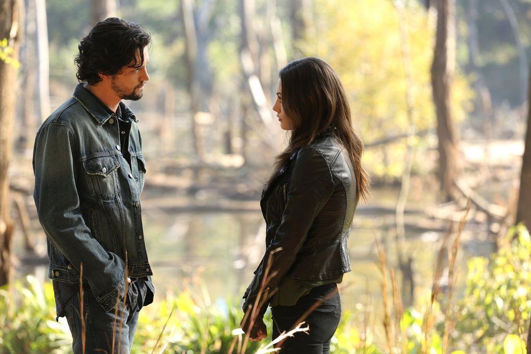 Hayley (Phoebe Tonkin, r.) erfährt von Jackson (Nathan Parsons, l.) ein tragisches Geheimnis über ihre Eltern ... - Bildquelle: Warner Bros. Television