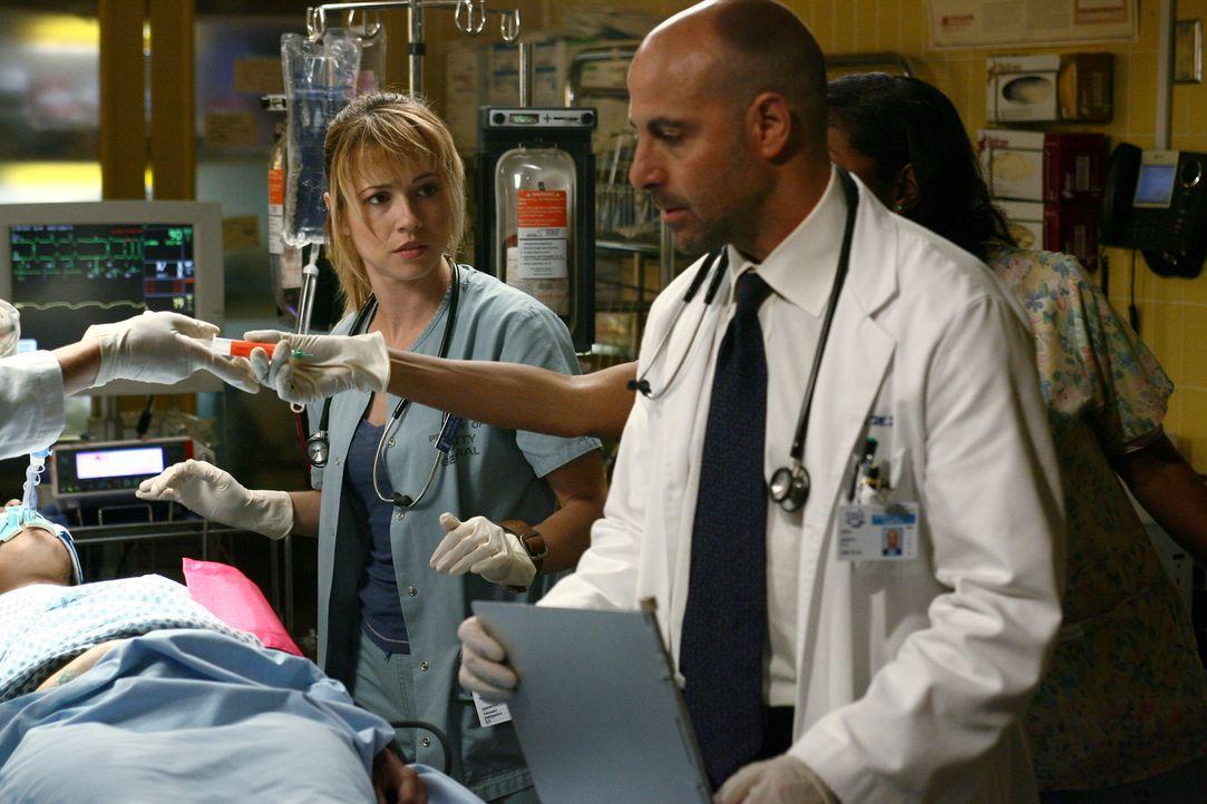Nach einer Explosion während einer Demonstration werden nach und nach Verletzte in die Notaufnahme gebracht. Das Team kümmert sich sofort um die V... - Bildquelle: Warner Bros. Television