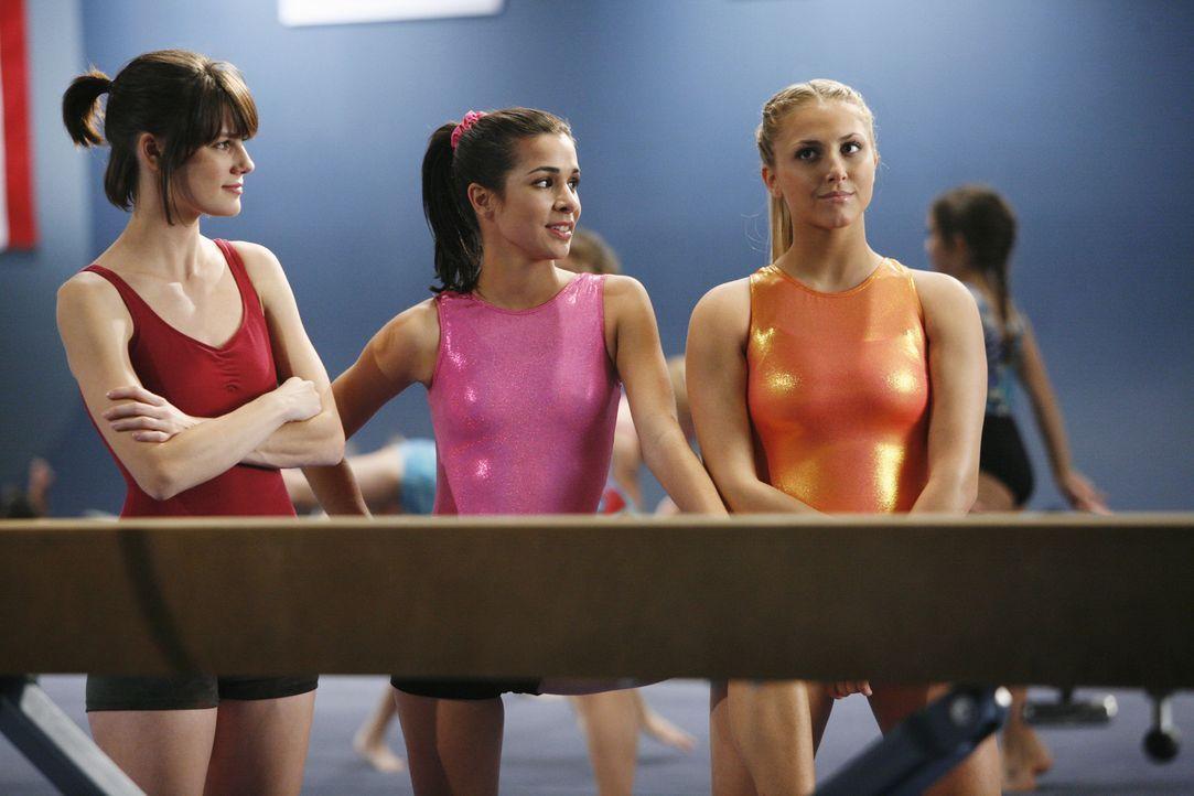 Kaylie Cruz (Josie Loren, M.) und Lauren Tanner (Cassie Scerbo, r.) lassen Emily (Chelsea Hobbs, l.) spüren, dass sie im Sportverein nicht erwünsc... - Bildquelle: 2009 DISNEY ENTERPRISES, INC. All rights reserved. NO ARCHIVING. NO RESALE.