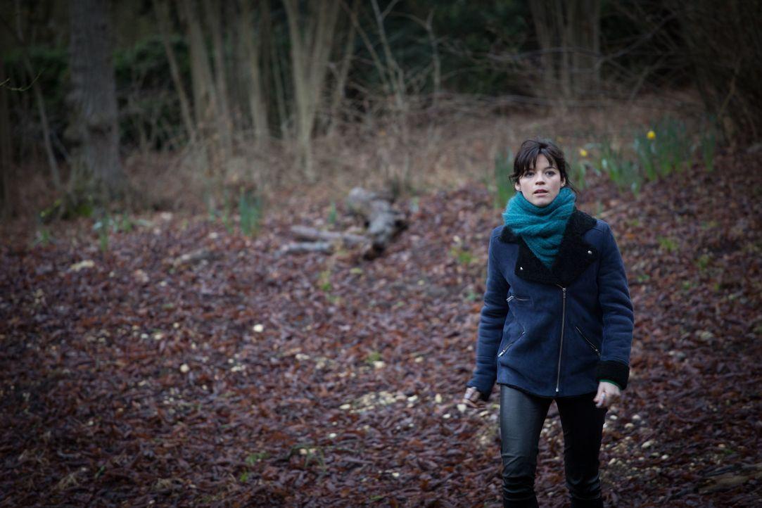 Obwohl sie nicht offiziell zum Team gehört, begibt sich Adèle (Juliette Roudet) auf Spurensuche, als ein 8-jähriges Mädchen verschwindet ... - Bildquelle: Eloïse Legay 2016 BEAUBOURG AUDIOVISUEL / Eloïse Legay