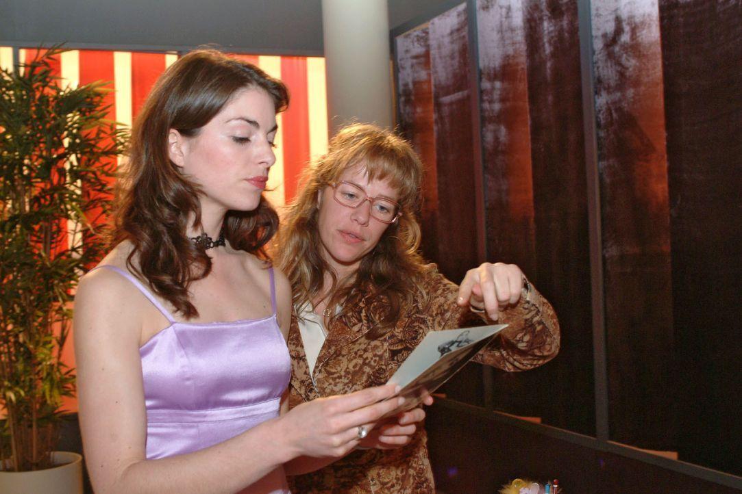 Mariella (Bianca Hein, l.) und Lisa (Alexandra Neldel, r.) fachsimpeln über Models für das nächste Shooting. (Dieses Foto von Alexandra Neldel darf... - Bildquelle: Monika Schürle SAT.1 / Monika Schürle