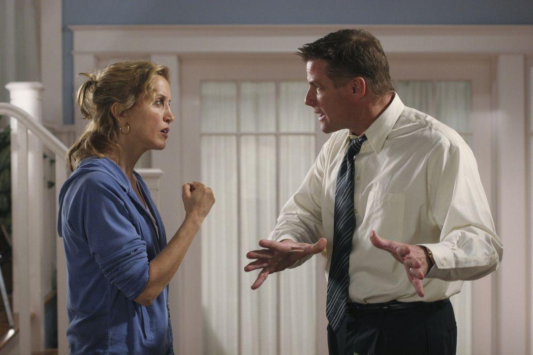 Toms (Doug Savant, r.) Vater hat seinen Besuch angekündigt und Lynette (Felicity Huffman, l.) muss ein altes Familiengeheimnis aufdecken, das sie zi... - Bildquelle: Touchstone Television