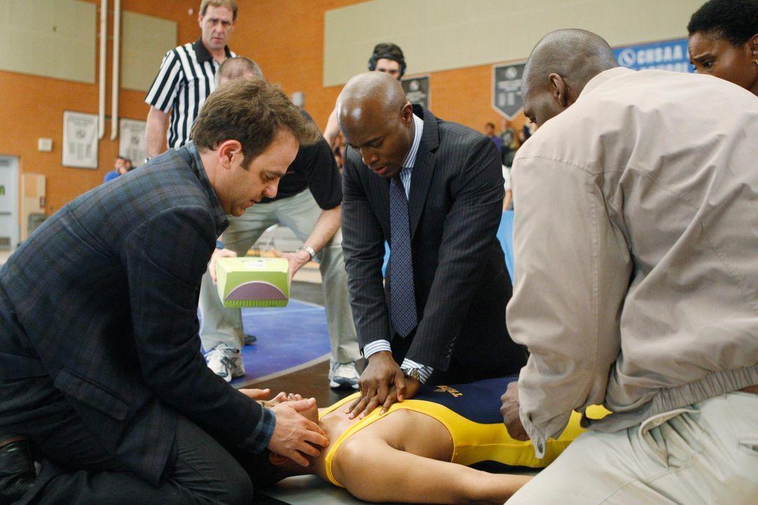 Cooper (Paul Adelstein, vorne l.) und Sam (Taye Diggs, vorne 2.v.l.) versuchen Stacy (Adina Porter, r.) und Randy (Michael Jace, 2.v.r.) davon zu ü... - Bildquelle: ABC Studios