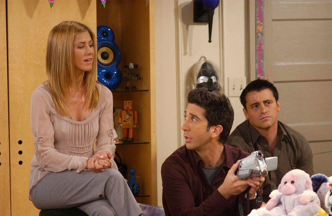 Rachel (Jennifer Aniston, l.) und Ross (David Schwimmer, M.) sind froh, dass Monica, Phoebe, Joey (Matt LeBlanc, r.) und Chandler doch noch Zeit gef... - Bildquelle: 2003 Warner Brothers International Television