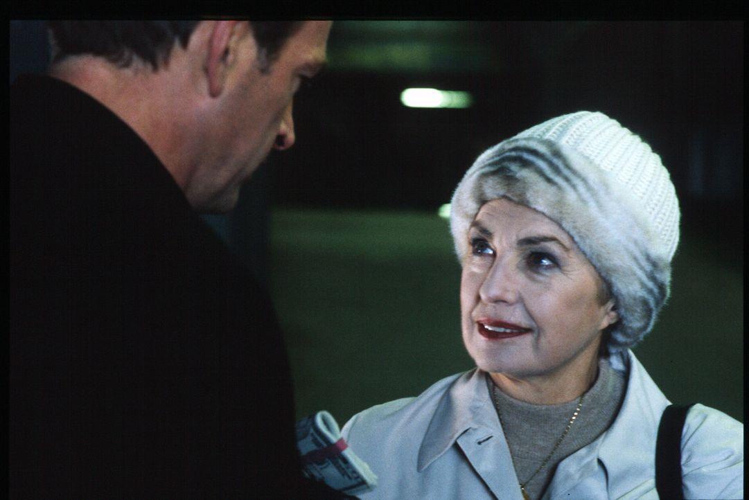 Leonard (Herbert Knaup, l.) trifft sich mit seiner Auftraggeberin (Nicole Heesters, r.), für die er herausfinden soll, wohin ihr vermisster Bruder... - Bildquelle: Stephan Rabold Sat.1