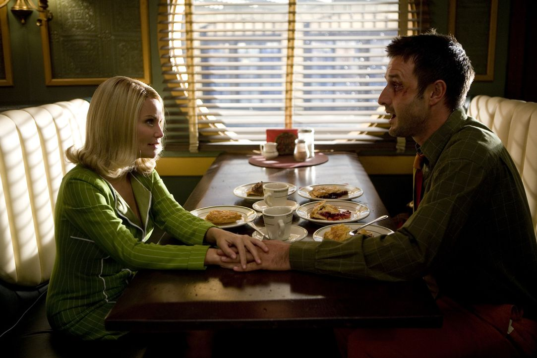 Olive (Kristin Chenoweth, l.) und der Tierpräparator Randy Mann (David Arquette, r.) kommen sich näher. Doch eigentlich braucht Olive nur die Hilf... - Bildquelle: Warner Brothers