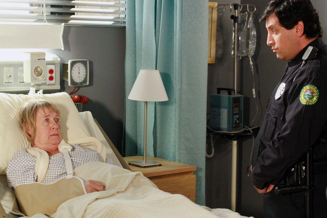 Mrs. McClusky (Kathryn Joosten, l.) bekommt besuch von der Polizei (Chris Damiano, r.) ... - Bildquelle: 2005 Touchstone Television  All Rights Reserved