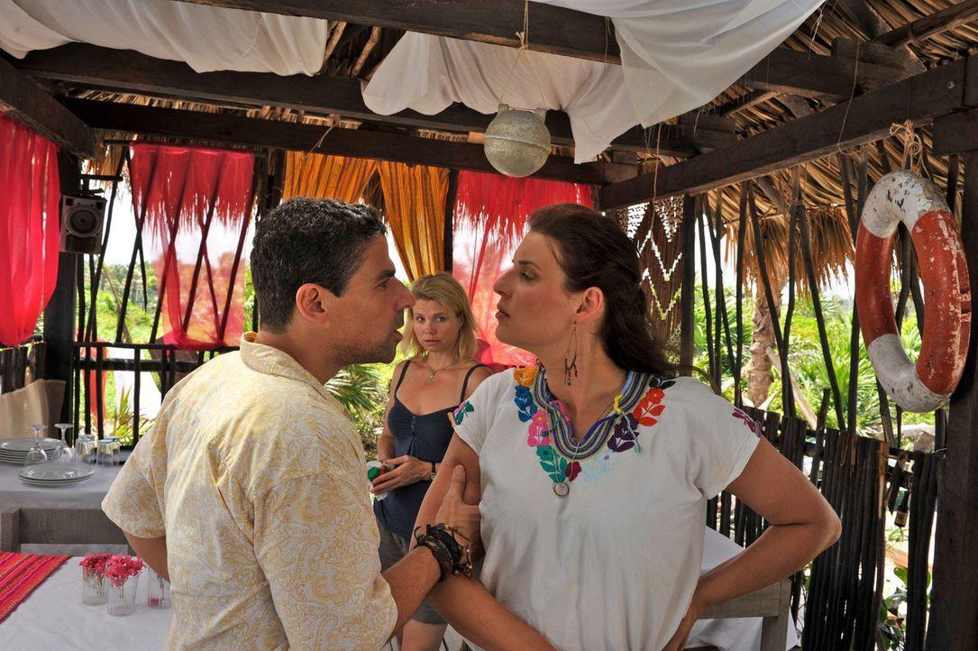 Weil der attraktive Strandbarbesitzer Pepe (Roberto Guerra, l.) Consuela (Elena Uhlig, r.) mit der Urlauberin Barbara (Annette Frier, M.) betrogen h... - Bildquelle: Hardy Brackmann SAT.1