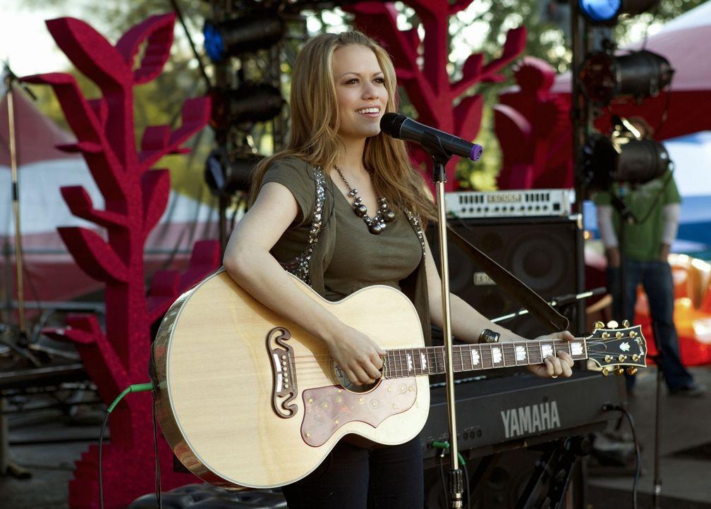Unerwartet bittet Mia ihre Produzentin Haley James Scott (Bethany Joy Galeotti) für einen Song auf die Bühne... - Bildquelle: The CW   2010 The CW Network, LLC. All Rights Reserved