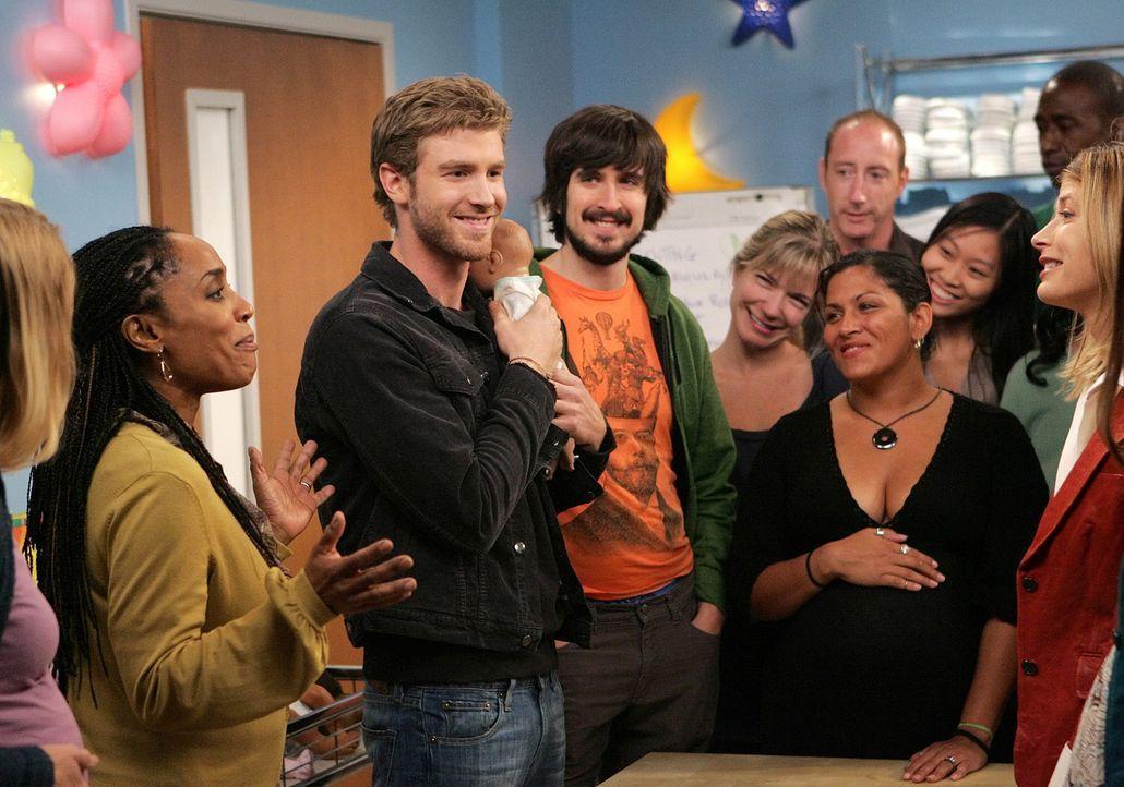 Zack (Jon Foster, l.) hat sich seinen Freund Davis (Nicolas Wright, M.) als Verstärkung zu einem Babypflegekurs mitgenommen. - Bildquelle: 2009 CBS Broadcasting Inc. All Rights Reserved